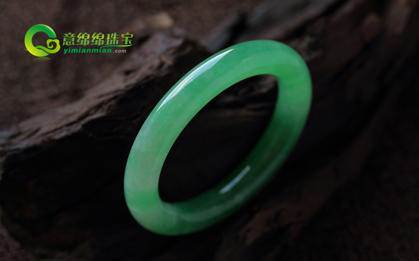 聘婷秀雅天然龙8娱乐首页老坑A货满绿圆条玉手镯(非卖) 内径55.5MM