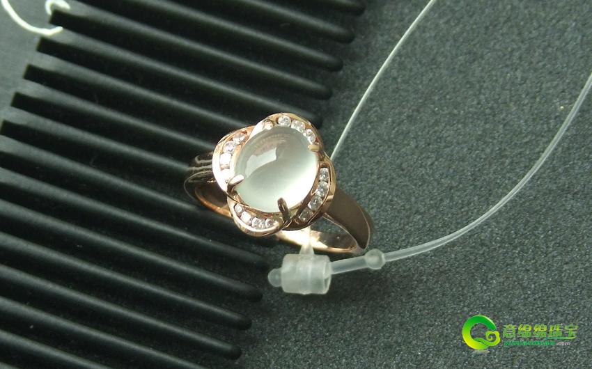 翡翠的镶嵌与其它宝石的镶嵌略有不同,因为大部分的翡翠不仅大小不同,而且形状各异。每一件翡翠的镶嵌都必须经过几道复杂而精密的工序:设计-起板-压模-倒模-执模-镶石-抛光-电金等。首先将翡翠交与设计师把理念中的款式形象地画出来,再交由工艺精湛的珠宝师傅来完成他们的作品,最后通过镶石、抛光、清洗、电金、喷砂等艺术处理,才能完成翡翠首饰的加工。  清新单纯缅甸天然翡翠镶白金戒指 近年来,随着人们生活水平的提高以及消费观念的转变。如今的翡翠戒指越来越受到世人的青睐。特别是随着当前缅甸翡翠产量的减少,稀世精品翡翠戒
