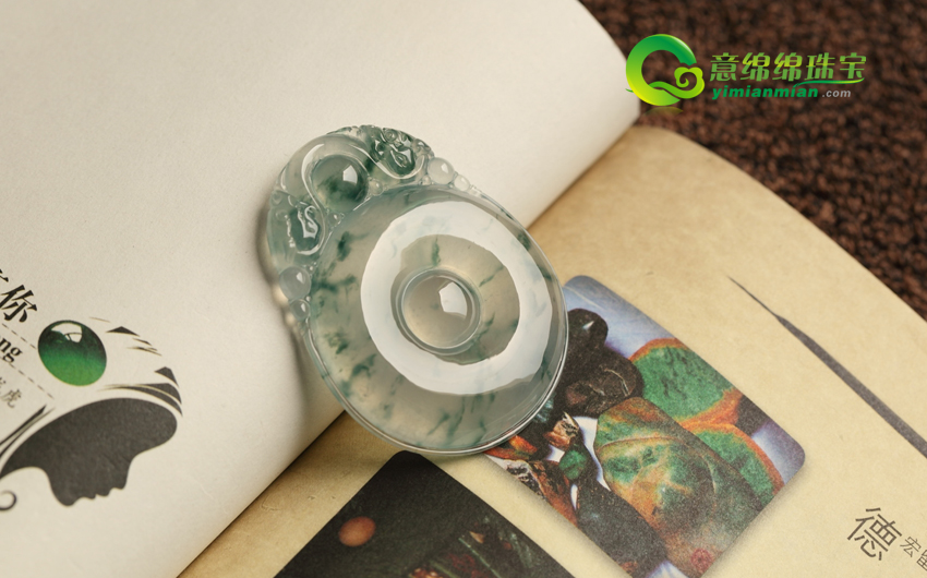 稀世罕见天然缅甸老坑翡翠A货玻璃种飘花元贝挂件
