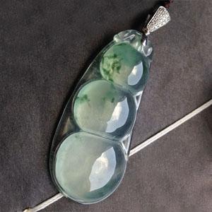 水灵秀气天然缅甸老坑A货冰种飘花荧光四季豆挂件
